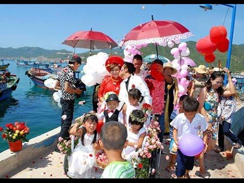 Đám cưới rước dâu bằng ghe kết đầy hoa hồng trên biển gây xôn xao