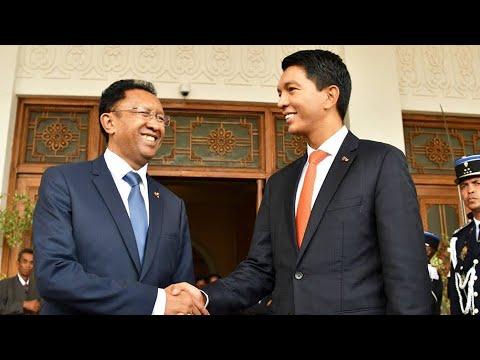 Hery Rajaonarimampianina remet le pouvoir à  Andry Rajoelina