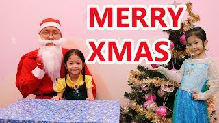 Ông Già Noel Tặng Quà Giáng Sinh Cho Elsa và Anna