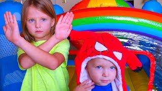 Малыш ХОЧЕТ БЫТЬ ВЫШЕ И ПРЫГАТЬ НА БАТУТЕ Ryan WANTS TO BE TOLLER