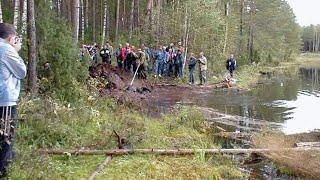 Мальчик прогуливался по лесу и обнаружил старые следы которые вели в озеро