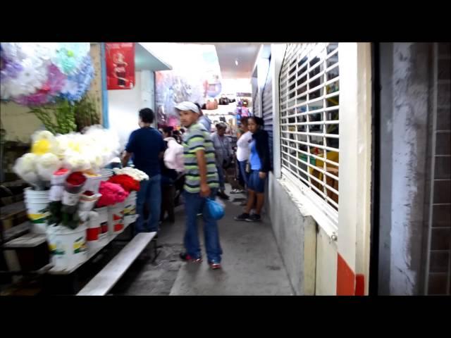 Caminando por el mercado de Cerritos