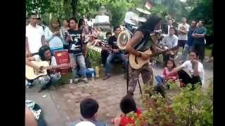 Pengamen Unik dan Kreatif - Menyanyikan lagu dengan memainkan beberapa alat musik jadi satu.