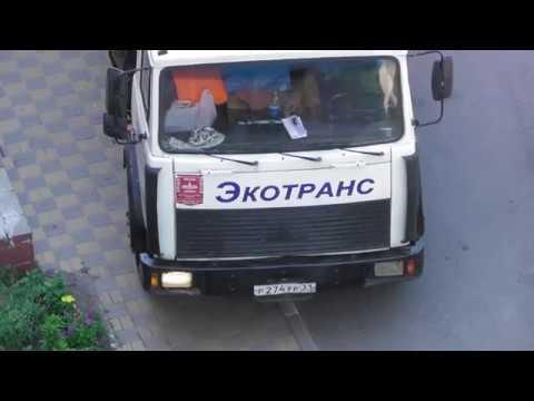 Неисправный мусоровоз Экотранса поломался во дворе дома №1 по ул. Гостёнская в г.Белгороде