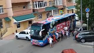 Поклонники передачи Дом-2 бегут за автобусом