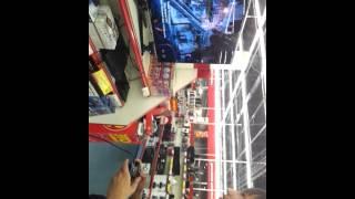 Геймер рубит в Sony PlayStation 3  в магазине!