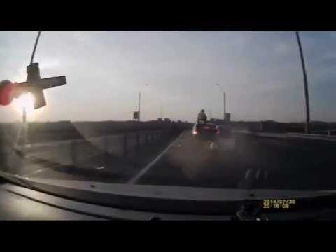 Мотоциклист сделал сальто и приземлился на крышу авто