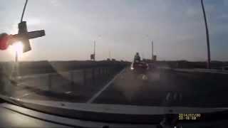 Мотоциклист сделал сальто и приземлился на крышу авто(, 2014-08-19T17:49:03.000Z)
