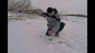 В ЛУНКУ НЕ ЛЕЗЕТ!!! ТАЩИ ЕГО СЕРЕГА!!!! Первый лед. Рыбалка в корягах на балансир!
