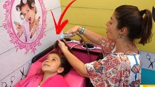 MAMÃE E FILHA BRINCANDO NO SALÃO DE BRINQUEDO DO PARQUINHO