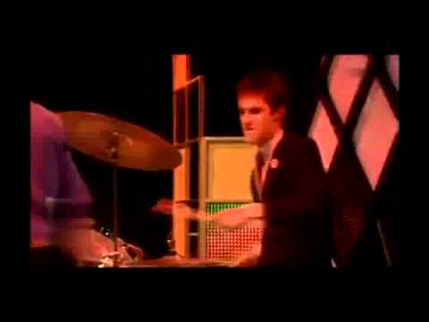 Elvis Costello - Pump it up (TV) (w/lyrics)