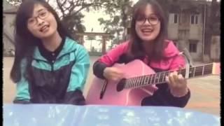 2 Nữ sinh xinh đẹp và đáng yêu ở Hưng Yên cover guitar Mashup Một nhà  + Nhé Anh