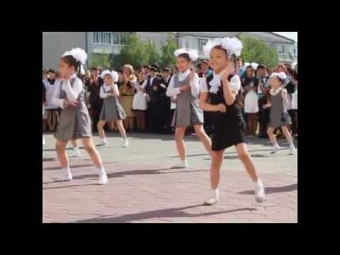 Школьницы танцуют на последнем звонке
