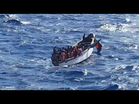Llegada al Puerto de la Estaca, en El Hierro, de una embarcación con 36 varones subsaharianos.