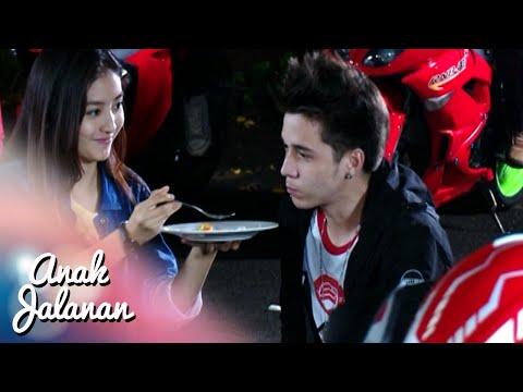 Romantisnya Reva Suapin Boy Makan [Anak Jalanan] [16 jan 2016]