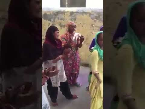 Beggar singing and dancing on Guru Randhawa's Song High rated gabru / Nakhra Tera Ni
