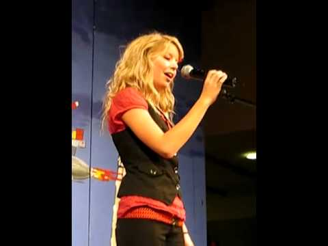 "Simone Egeriis singing 'Nu tændes 1000 julelys"""