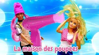 Barbie dans le salon de beauté. Qu'est-ce qui est arrivé à ses cheveux? Vidéo de poupées.