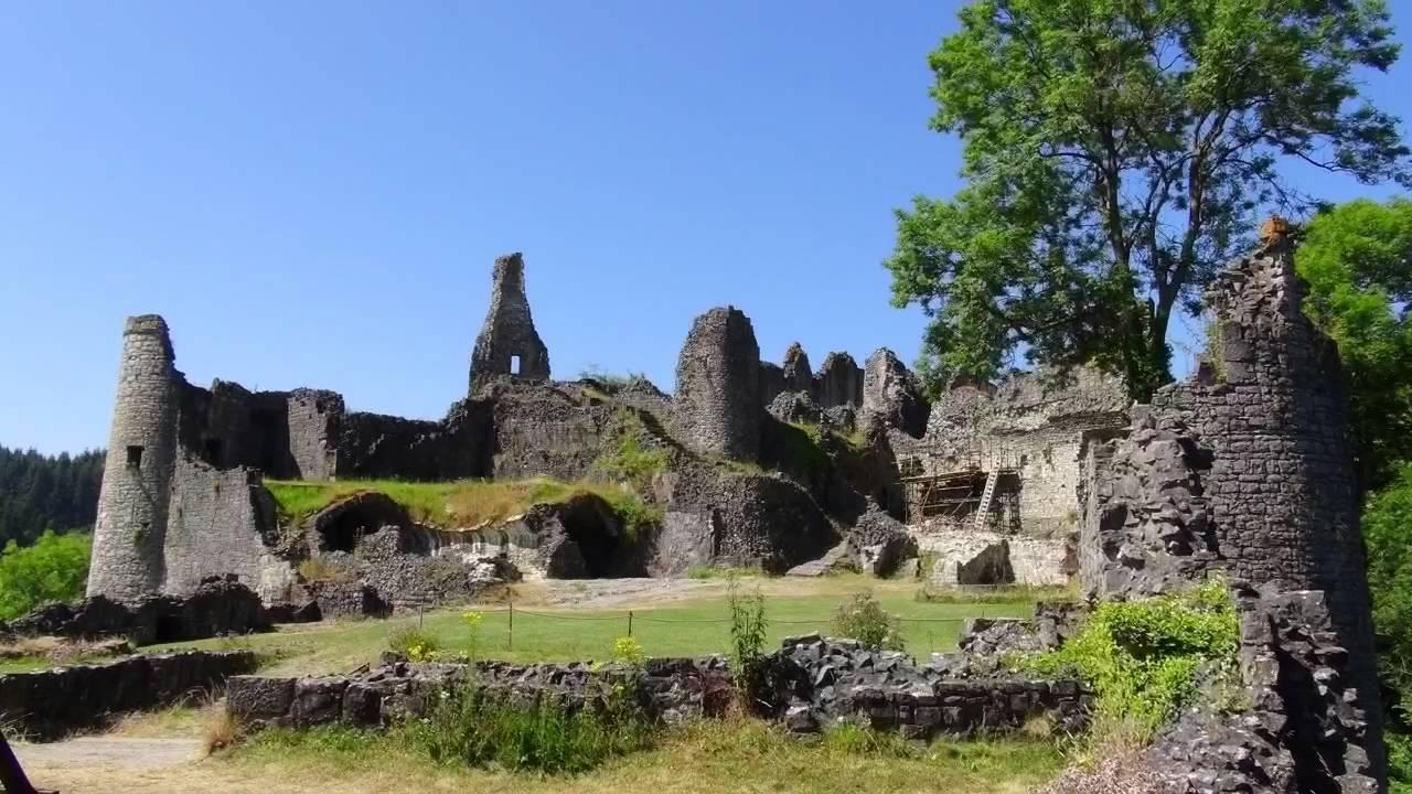 Les ruines du ch teau de montaigle youtube for Les salons du chateau