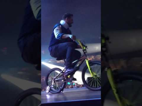 """Luke Bryan - """"Fishin' In the dark"""" & Dustin Lynch & Little Big Town coming out on stage on bikes"""