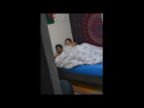 beste Freunde werden zusammen im Bett erwischt..