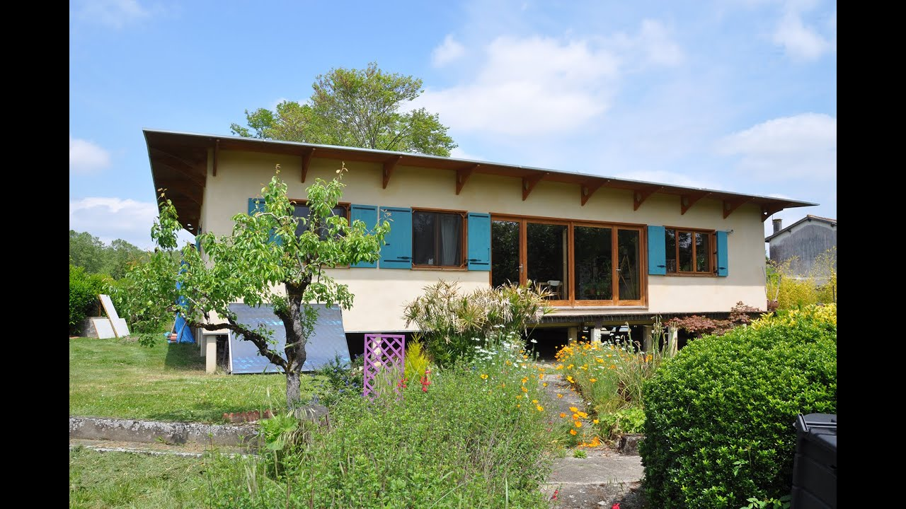 Assez Cette maison sur pilotis marie l'écologique et le moderne - YouTube RS89