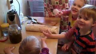 Трое детей готовят овощной рулет, Мама помогает