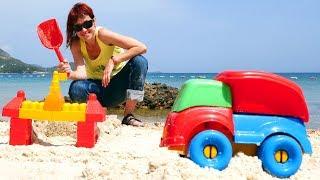 Маша Капуки собирает грузовичок и замок из песка. Видео для детей.