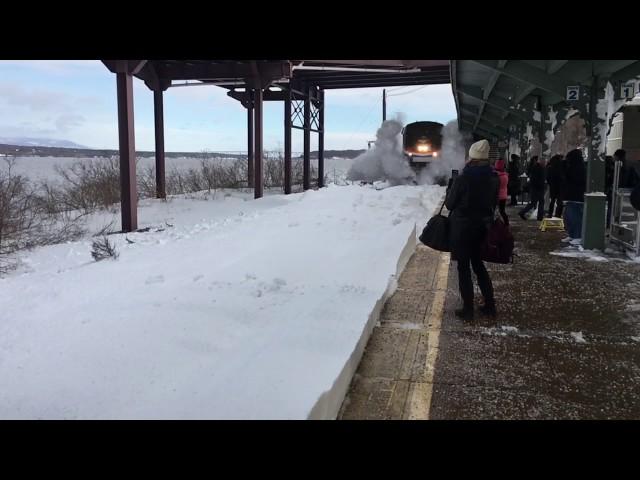 Así llega un tren por unas vías totalmente nevadas a cámara lenta