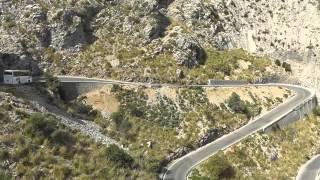 Mallorca: Blockierte Serpentinenstrasse. Busfahrt von den Bergen zum Meer  Blocked serpentine