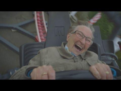 Oma fährt zum ersten Mal Achterbahn
