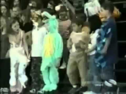 Мальчик в костюме крокодила не понимает почему весь зал смеется