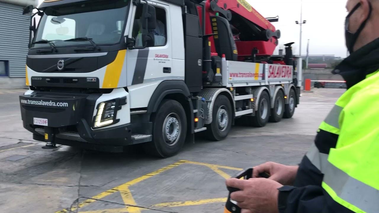 Control remoto a distancia de un camión grúa