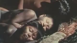Amazon yerlilerinin ormanda maymun ve domuz avı.