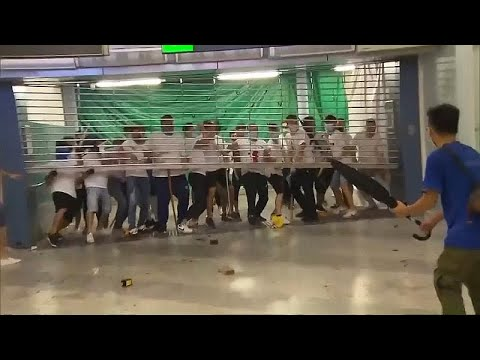 شاهد: مواجهات عنيفة بين ملثمين ومتظاهرين داخل مترو هونغ كونغ…  - 16:53-2019 / 7 / 22