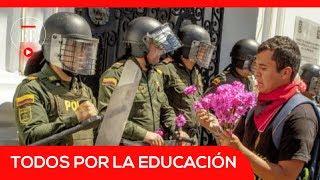 Estudiantes y ESMAD intercambian flores en marcha por la educación| El Espectador