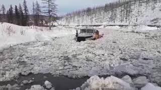 Урал 6х6. Пробивается через зимник.