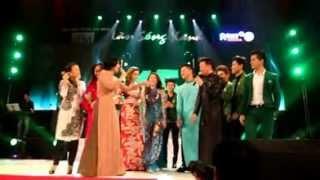 Đàm vĩnh hưng chủ động ôm Phương Thanh ở Làn sóng xanh 2012