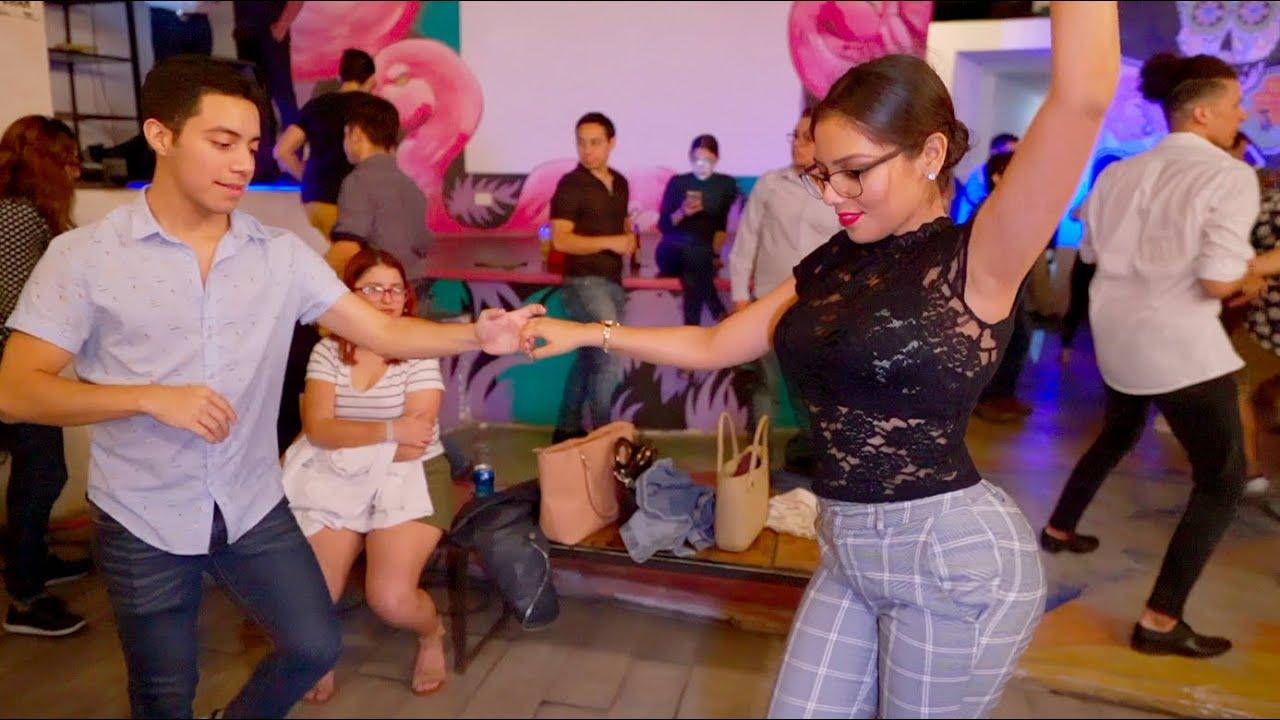 Mexicanos Bailando Salsa en The Harbor | Mexico 2020