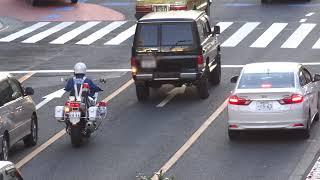 赤信号で普通に止まったタクシーをブチ抜いて信号無視したランクルを追跡する白バイ