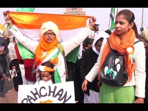 71वे गणतंत्र दिवस पर लखनऊ घंटाघर पर प्रदर्शन कर रही महिलाओ ने फहराया तिरंगा | Sanskar News