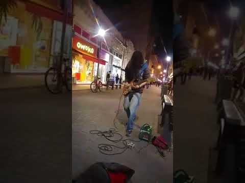 Fidelirante playing emotional music in Santa Fe Shopping Peatonal.