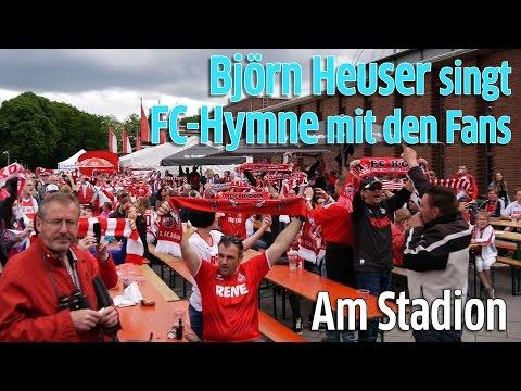 1. FC Köln gegen Mainz 05: Björn Heuser stimmt Fans vorm RheinEnergiestadion mit FC-Hymne ein