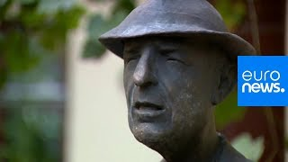 Gambar cover Leonard Cohen: Statue of late singer-songwriter unveiled in Vilnius, Lithuania