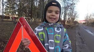 Малыш притворяется полицейским и ставит Огромные Колеса на полицейскую машинку