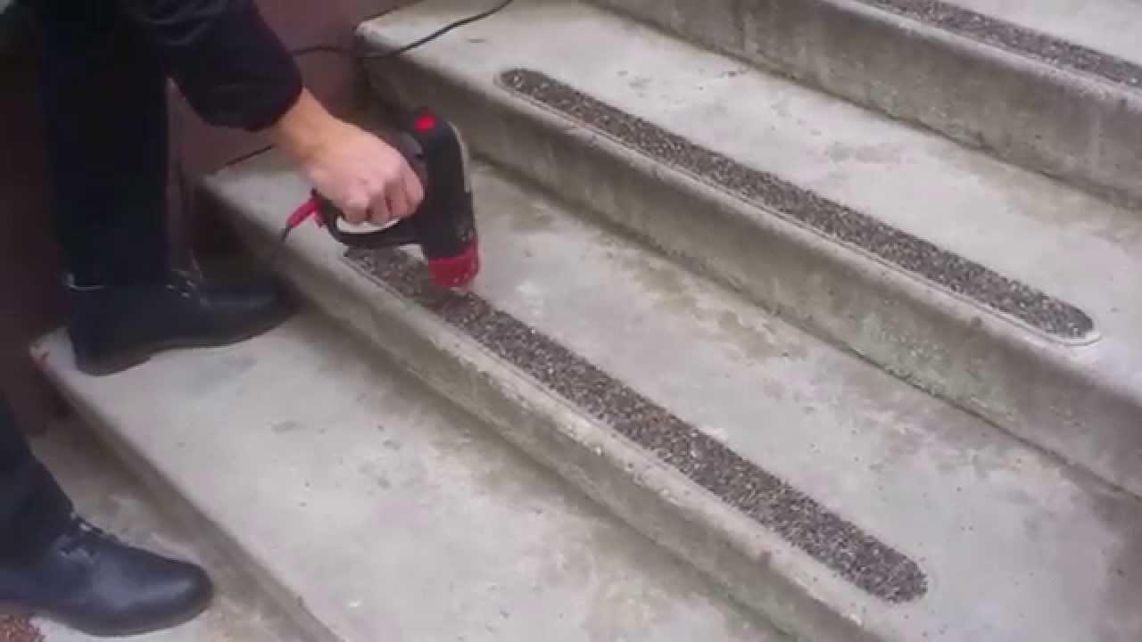 Для того чтобы лестница идеально вписалась в основной стиль дизайна, можно купить ступени из керамогранита с капиносом, которые выглядят.