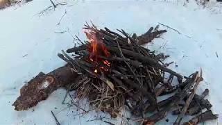 лайфхак по розжигу костра зимой в -15 с 1 спички без бумаги и бензина