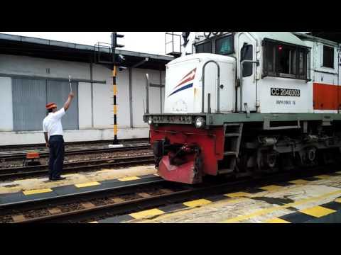 Kereta Bengawan & Kereta Barang Menunggu Silang Kereta Gaya Baru Malam Selatan