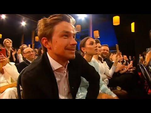 Александр Петров получает награду за главную мужскую роль в фильме «Текст» | Золотой орёл 2020