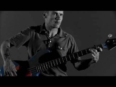 Flea Teaches Hand Positioning on his Fleabass